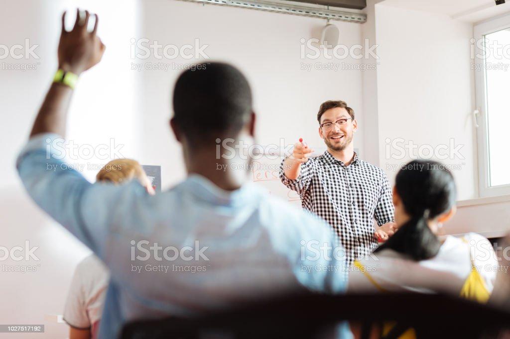 Junger Mann auf und lächelt ihm positive Lautsprecher – Foto