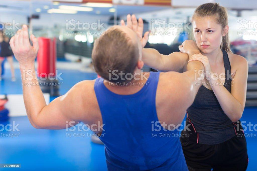 Mulher positiva está lutando com o treinador - foto de acervo