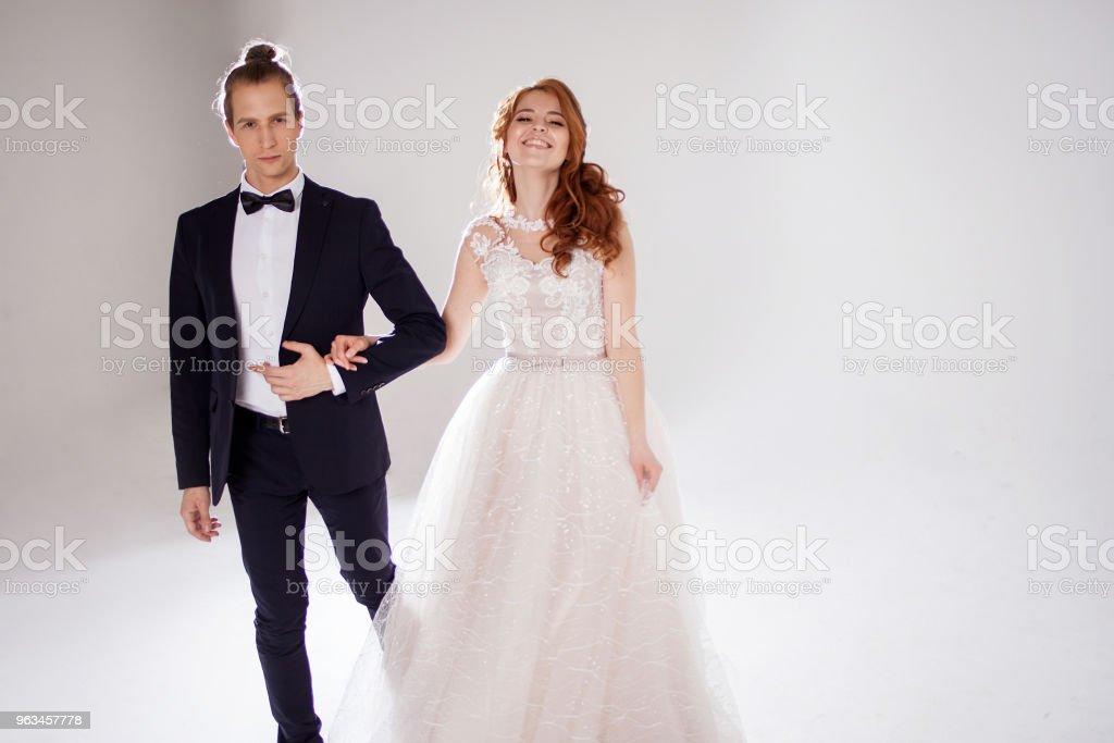 Jeune couple positifs rient et dansent ensemble. Le couple dans le Studio un fond clair. - Photo de Beauté libre de droits