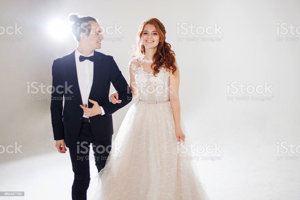 Pozytywna młoda para śmieje się i tańczy razem. Para w studio lekkie tło. - Zbiór zdjęć royalty-free (Fotografika)