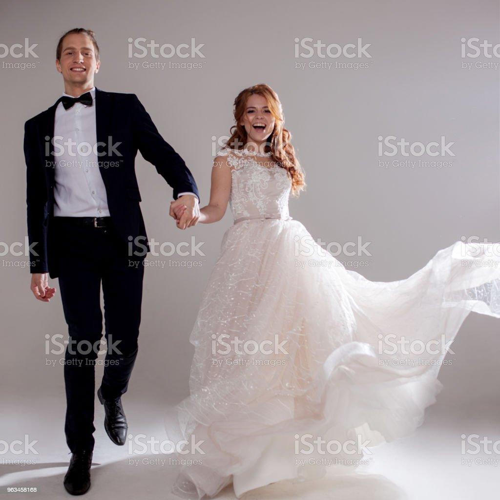 Gülüyor ve birlikte dans olumlu genç bir çift. Çift Studio hafif bir arka plan. - Royalty-free Bayan elbisesi Stok görsel