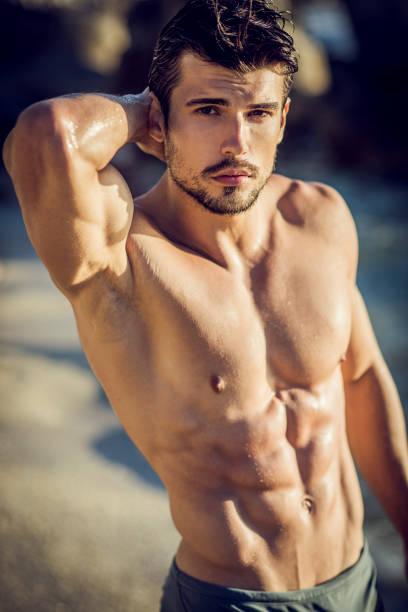 posrtrait ein schöner riss junger mann - sexsymbol stock-fotos und bilder