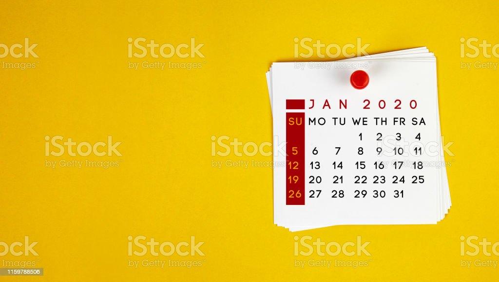 Bokför det januari 2020 kalender på gul bakgrund - Royaltyfri 2020 Bildbanksbilder