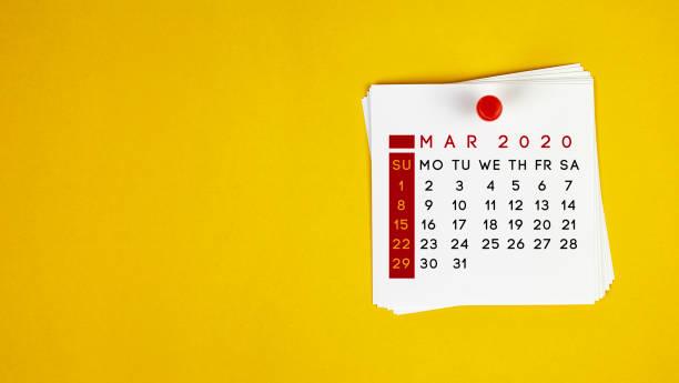 post-it maart 2020 kalender op gele achtergrond - maart stockfoto's en -beelden