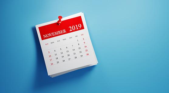 在藍色背景下發布2019年11月日曆 照片檔及更多 2019 照片