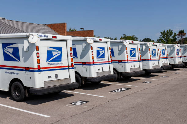 USPS Post Office Mail Trucks. The Post Office is responsible for providing mail delivery VII Indianapolis - Circa August 2019: USPS Post Office Mail Trucks. The Post Office is responsible for providing mail delivery VII apothegm stock pictures, royalty-free photos & images