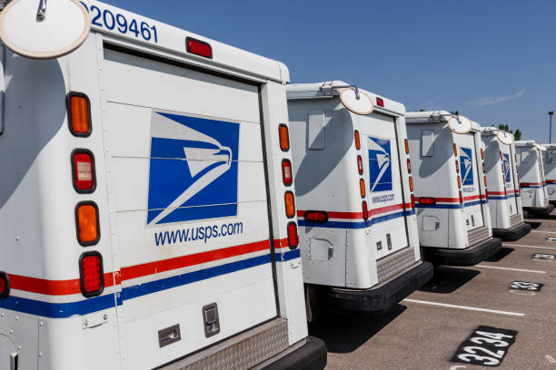 USPS Post Office Mail Trucks. The Post Office is responsible for providing mail delivery VIII Indianapolis - Circa August 2019: USPS Post Office Mail Trucks. The Post Office is responsible for providing mail delivery VIII apothegm stock pictures, royalty-free photos & images