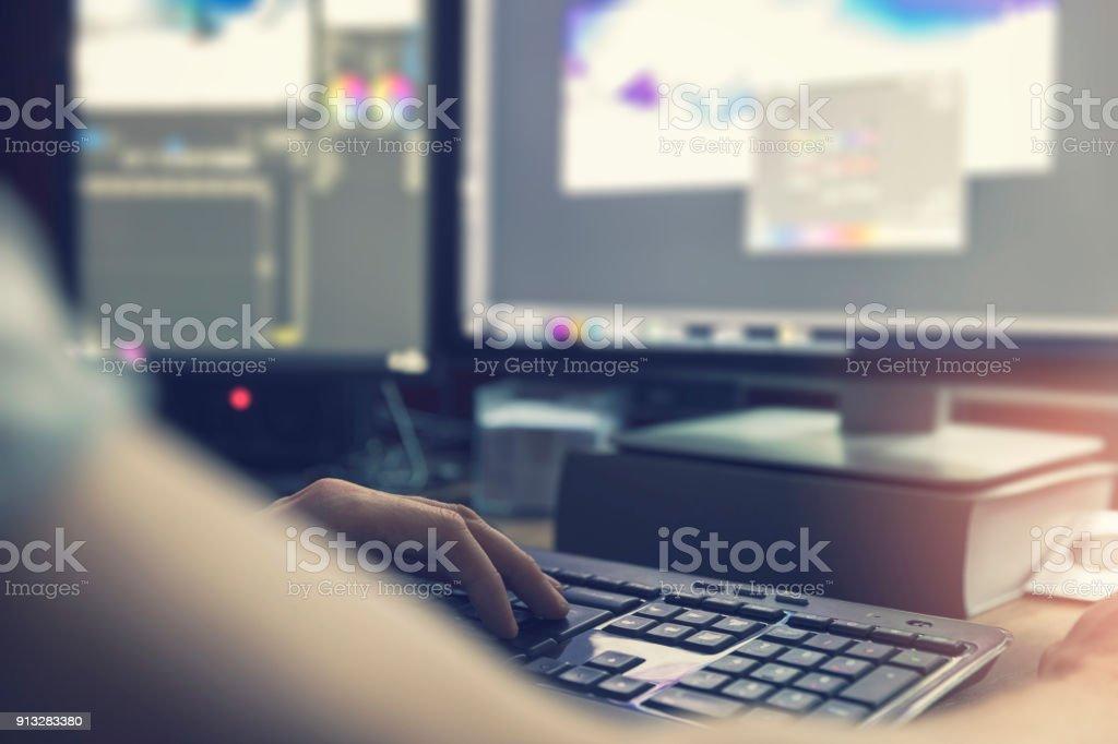 post producción - hombre haciendo fotografía y edición de video en computadora foto de stock libre de derechos