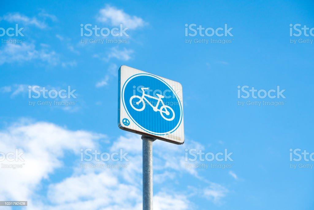 Post Zeichen Fahrrad in weißem Hintergrund. – Foto