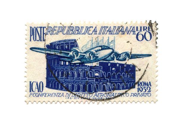 Briefmarke aus Italien Datum 1952 mit Flugzeug und Kolosseum – Foto