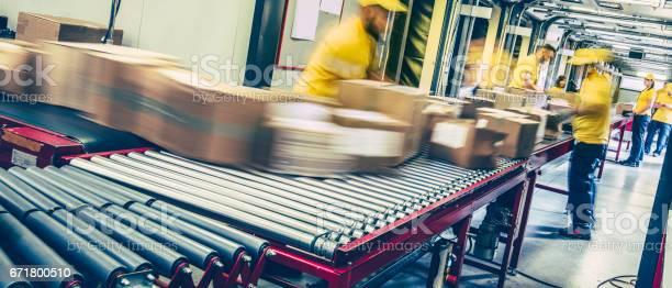 Mitarbeiter Der Post Pakete Auf Einem Förderband Inspektion Stockfoto und mehr Bilder von Auslieferungslager
