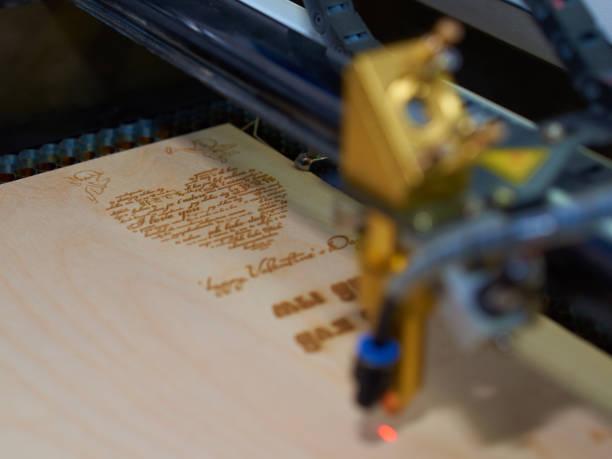 procédé de coupage laser carte postale - gravure à photos et images de collection