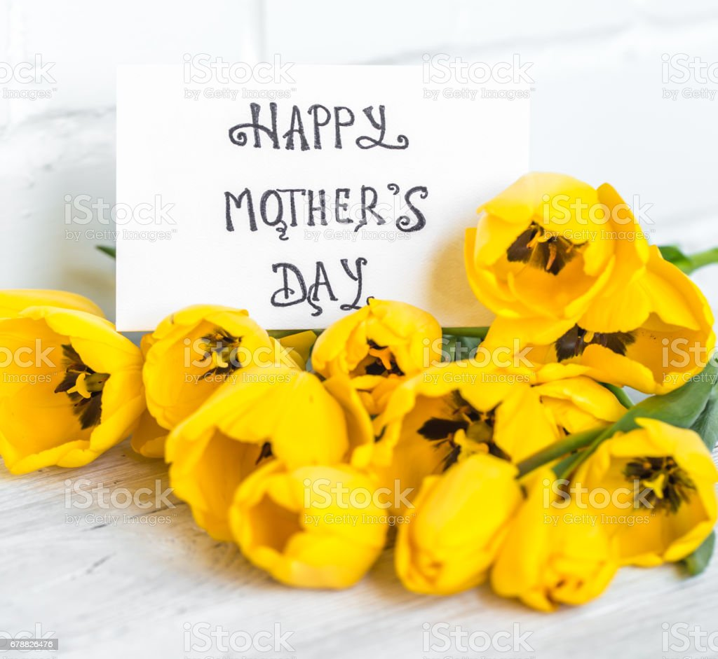 kartpostal anneler günü ve ahşap zemin üzerine Sarı laleler royalty-free stock photo
