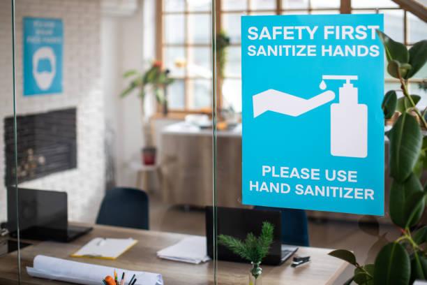 Poster über covid-19 Krankheitsprävention und Sicherheit im modernen Büro – Foto