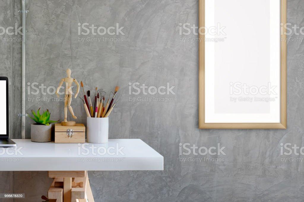 Tableau affiche et travail avec un cadre pour photo de maquette