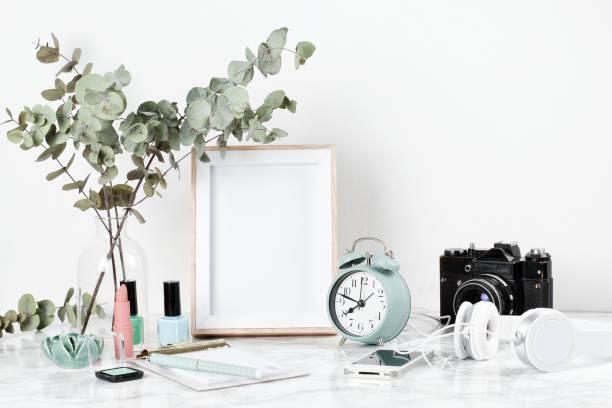 poster rahmen mockup, vorderansicht, mit dekor-element - französisches haus dekor stock-fotos und bilder