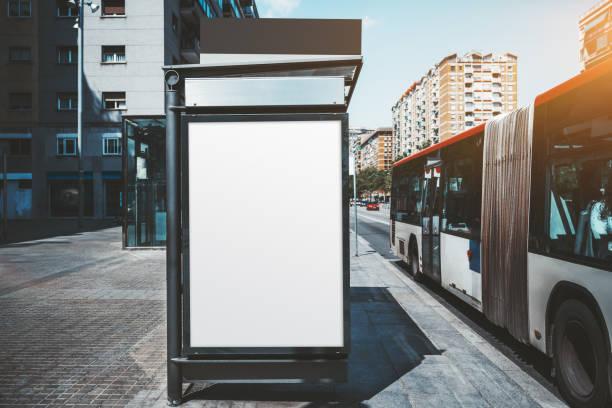 巴士站上的海報模型 - 垂直構圖 個照片及圖片檔