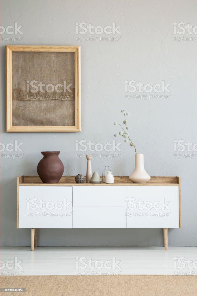 Poster Auf Graue Wand Über Weißen Schrank Mit Vase In ...