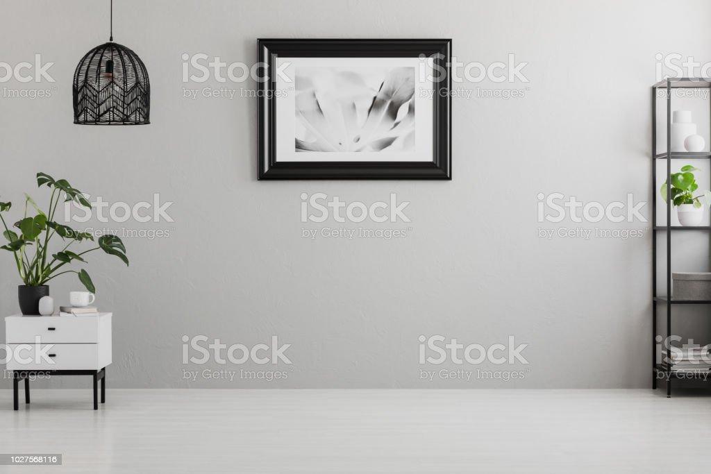 color de pared para armarios grises Cartel En Una Pared Gris En Vaco Saln Interior Con Lmpara