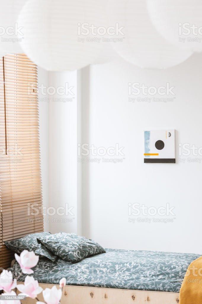 Poster Zum Thema Weiße Wand Und Blumen In Einfache Schlafzimmer ...