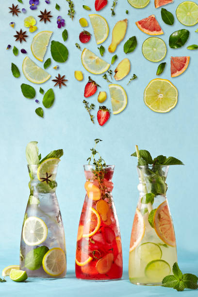 plakat mit cocktails - ingwerwasser zubereiten stock-fotos und bilder