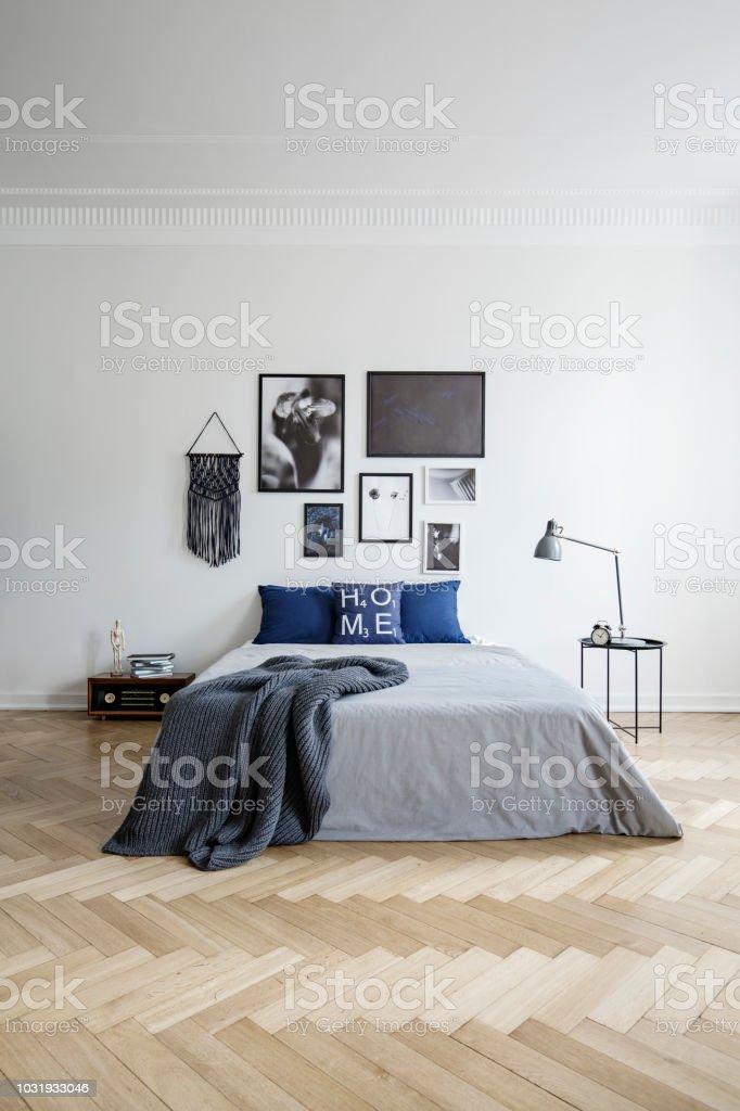 Poster Über Graue Bett Auf Holzboden Im Schlafzimmer Weiß ...