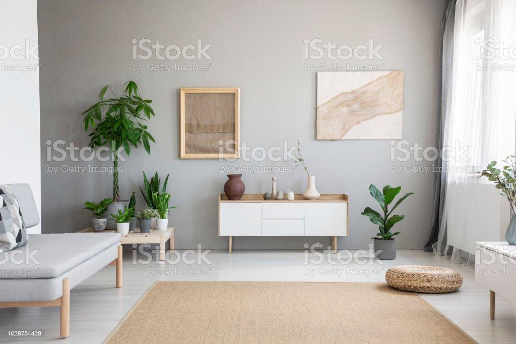 Poster Auf Graue Wand Über Weißen Schrank Im Wohnzimmer ...