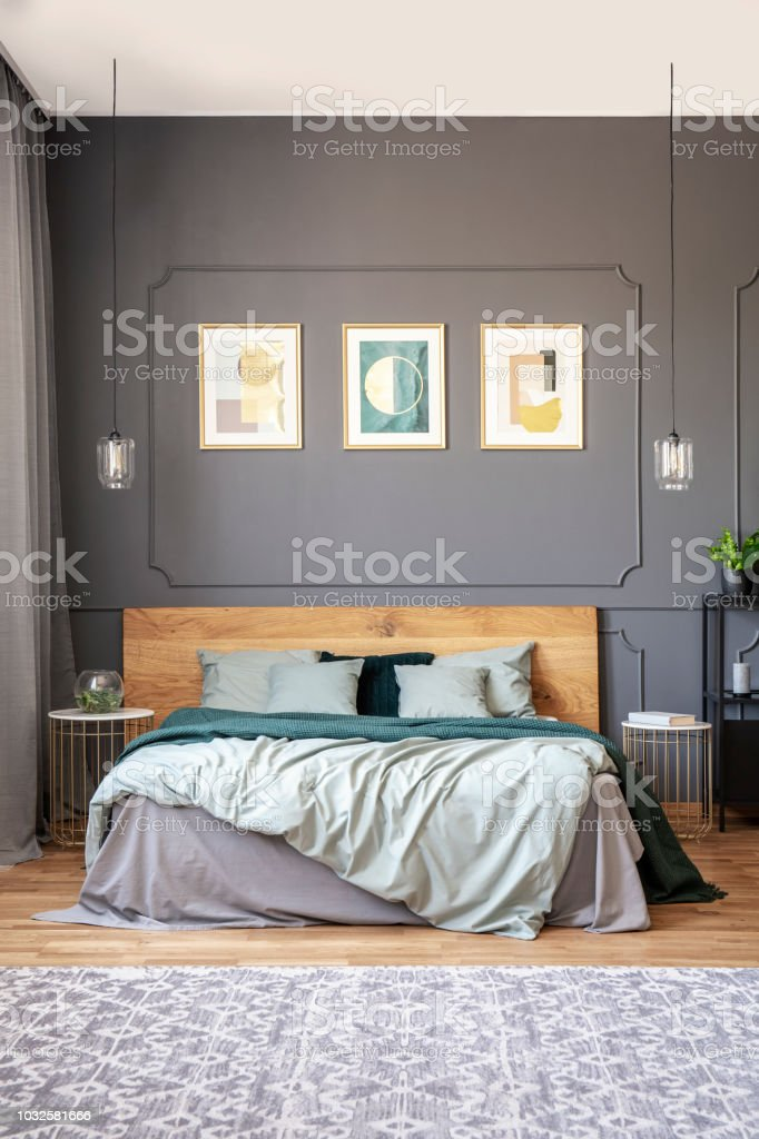 Poster Auf Graue Wand Mit Formteil Über Hölzerne Bett Im ...