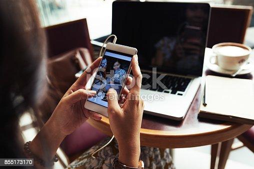 istock Posting photos 855173170