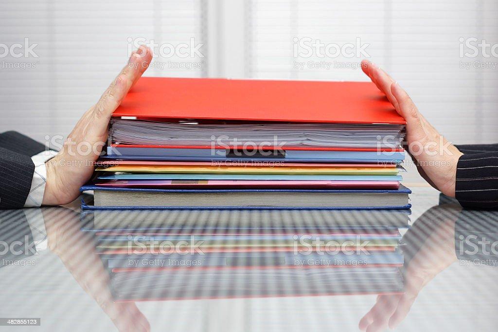 Verschieben Arbeit-Konzept.  Mann und Frau Schieben Dateien – Foto