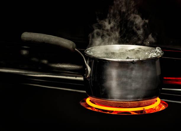 Topf mit Wasser kochen auf dem Herd – Foto