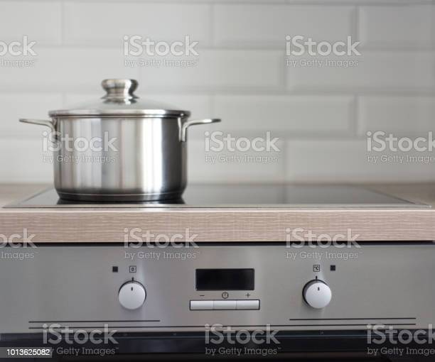 Pot on electric stove in modern kitchen picture id1013625082?b=1&k=6&m=1013625082&s=612x612&h=hyorb8dssdhg1th1zi hunwopsa1ycnfcbpx 5o1jd8=
