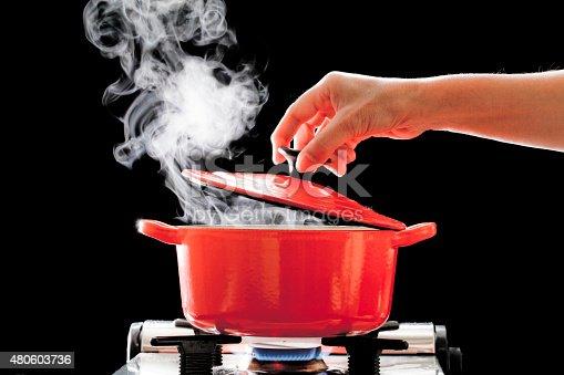 鍋のふたを取る