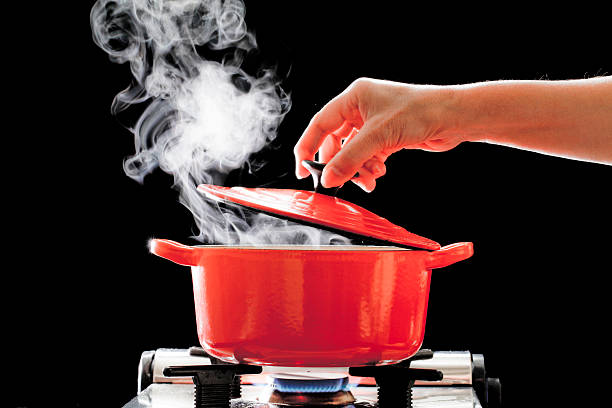 pot to heat - gestoomd stockfoto's en -beelden