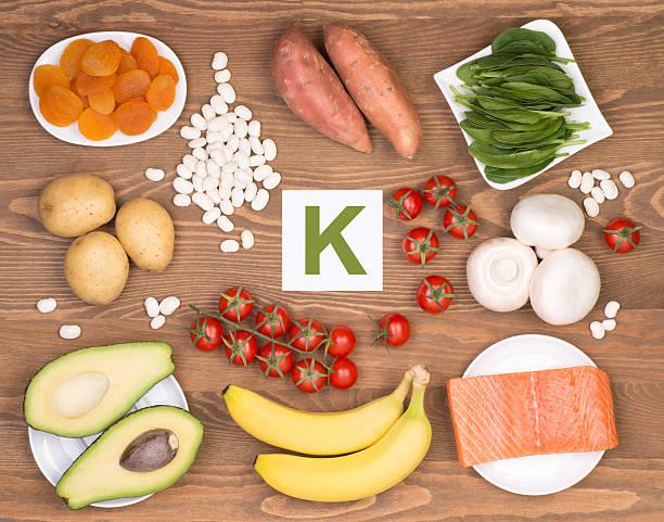 potassium containing foods - kalium stockfoto's en -beelden
