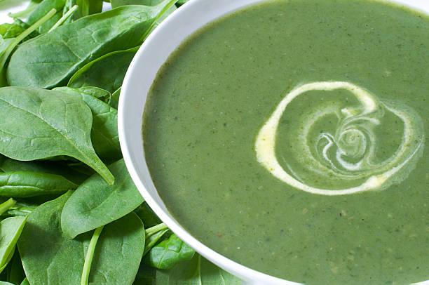 kartoffeln und spinat-suppe - spinatsuppe stock-fotos und bilder