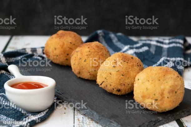 palline di patate con tonno e cipolla - Foto stock royalty-free di Antipasto
