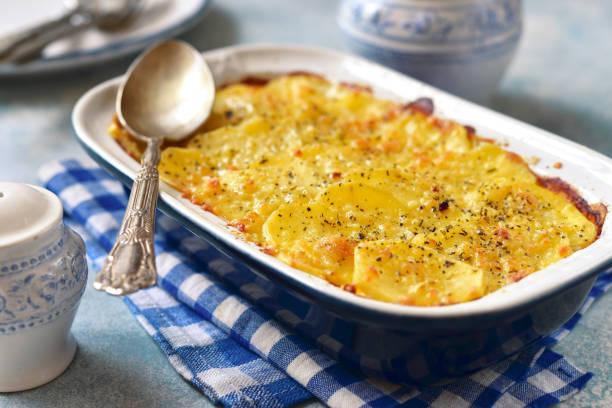 potato celery gratin with cheese - caçarola imagens e fotografias de stock