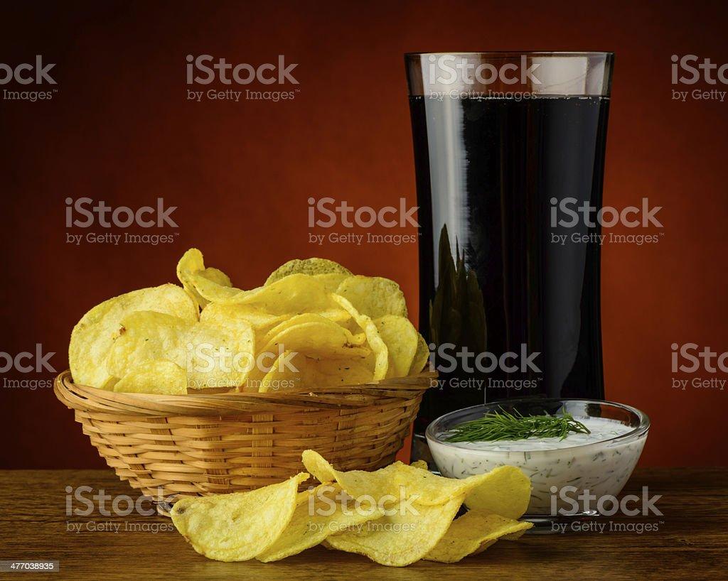 Kartoffel-chips und cola-Getränk – Foto