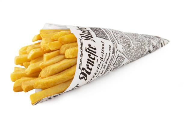Kartoffelchips und Papierkegel auf weißem Hintergrund – Foto