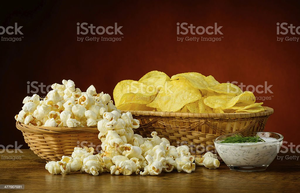Kartoffel-chips und popcorn – Foto