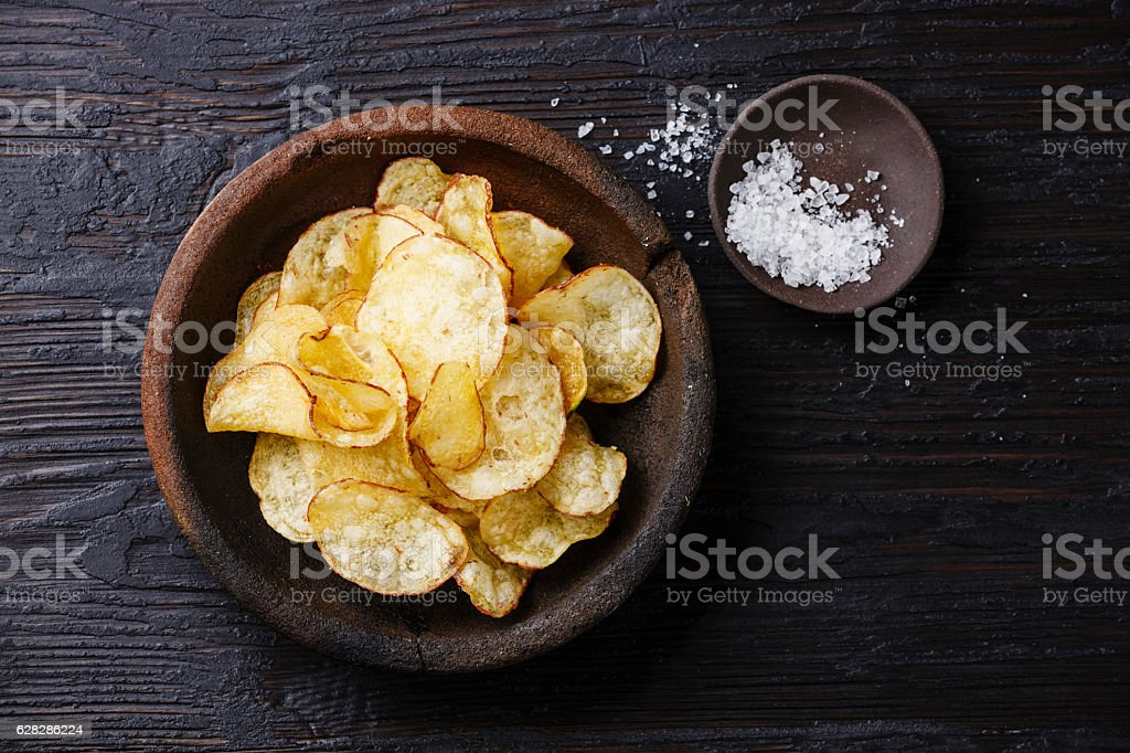 Potato chips and ​​salt - foto de acervo