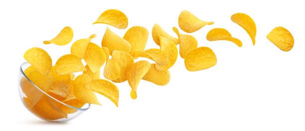 potatischips som faller i glasskål isolerad på vit bakgrund - potatischips bildbanksfoton och bilder