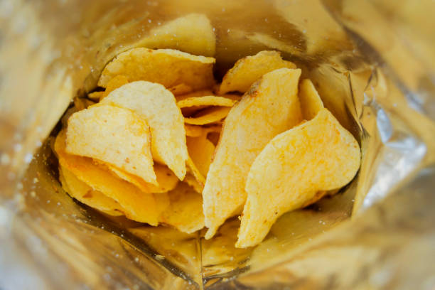 potato chips in an open bag - chipsy zdjęcia i obrazy z banku zdjęć