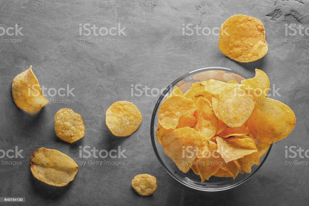 Potato chips in bowl with tomato juice in glass - foto de acervo