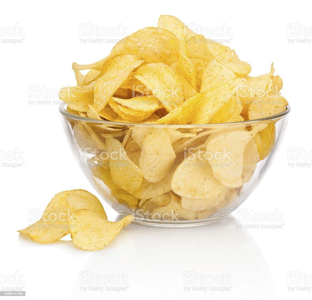 Batata chips em tigela de vidro isolado no fundo branco - foto de acervo