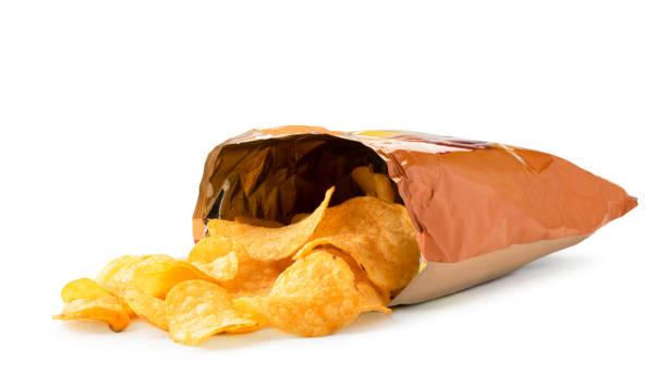 potatis skarp utspilld ur förpackningen på en vit. isolerade. - chips bildbanksfoton och bilder