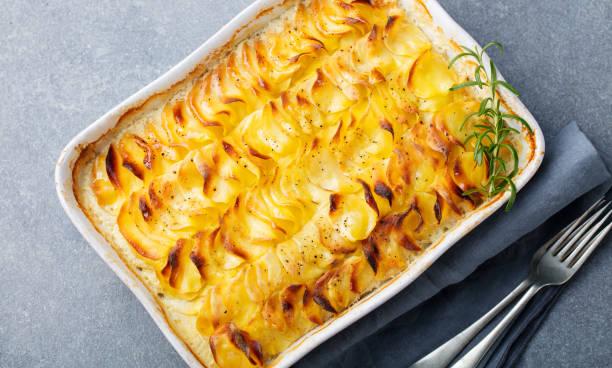 馬鈴薯焗, 配有奶油醬的土豆片。頂部視圖 - 薯仔食品 個照片及圖片檔