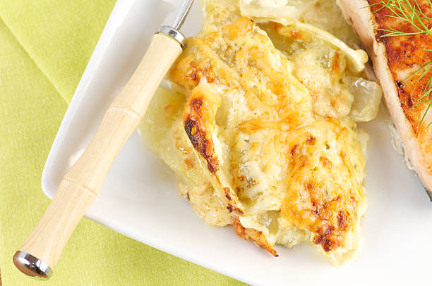 potato gratin auf weißen teller von oben - fenchel überbacken stock-fotos und bilder