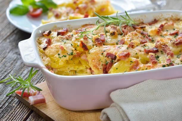 potato gratin with bacon - caçarola imagens e fotografias de stock